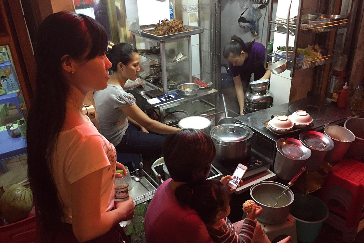 Stopp bei den Reispfannkuchen auf unserer Street-Food-Tour mit