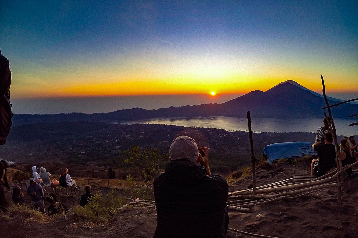 mann-fotografiert-batur-vulkan-bali-indonesien