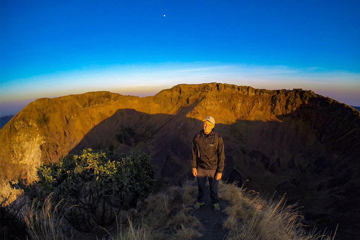 mann-kraterrand-batur-vulkan-bali-indonesien