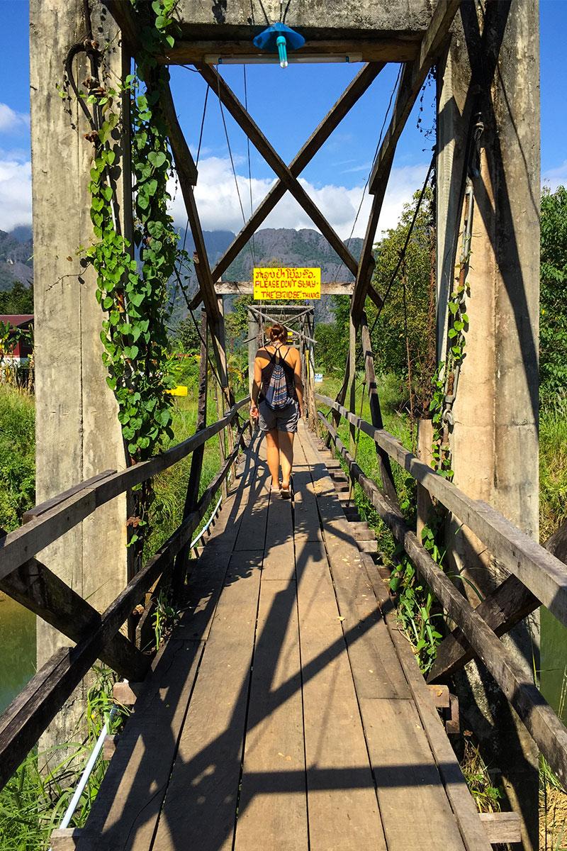 Ich-ueber-Bruecke-Vang-Vieng-Laos