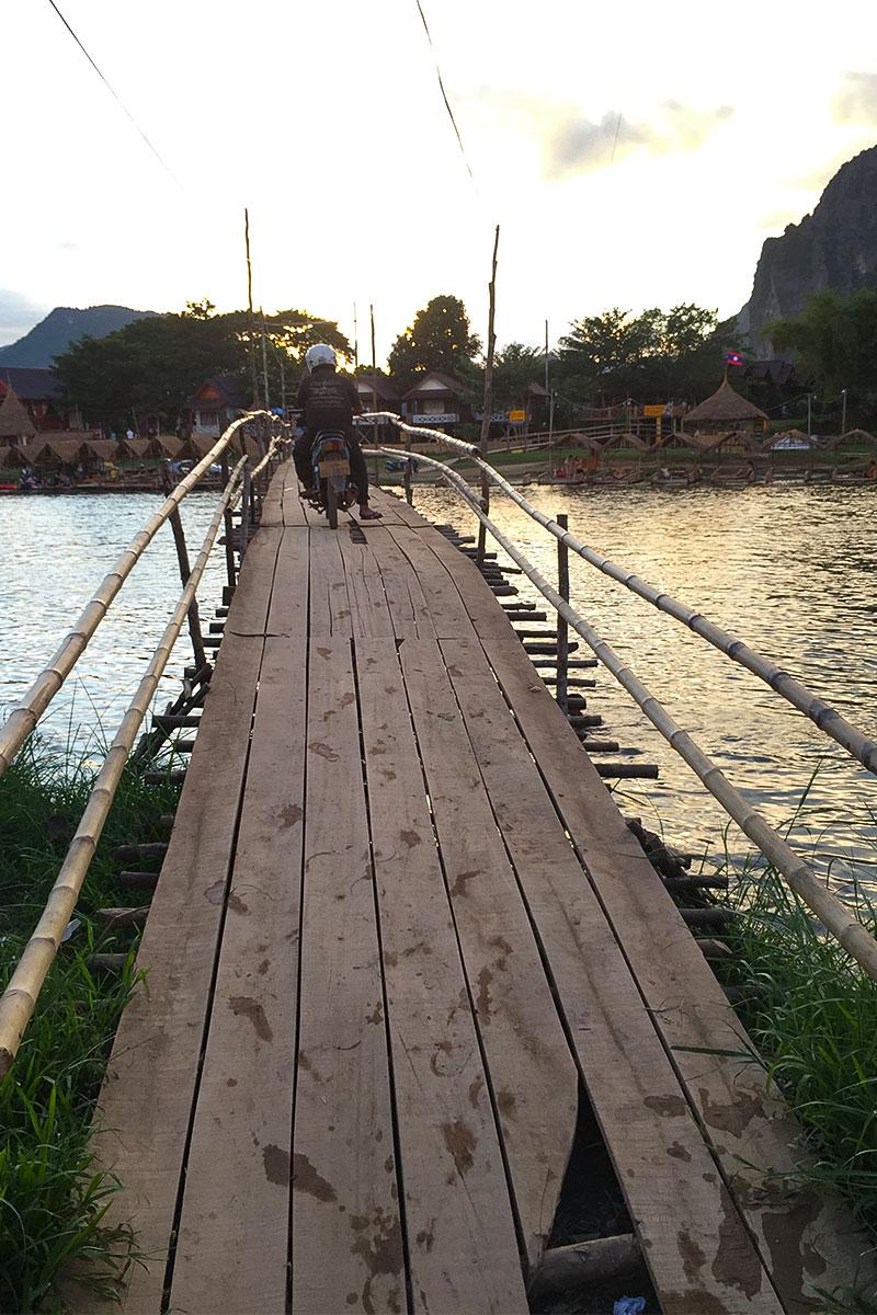 Eine der vielen schmalen Holzbrücken in Vang Vieng.