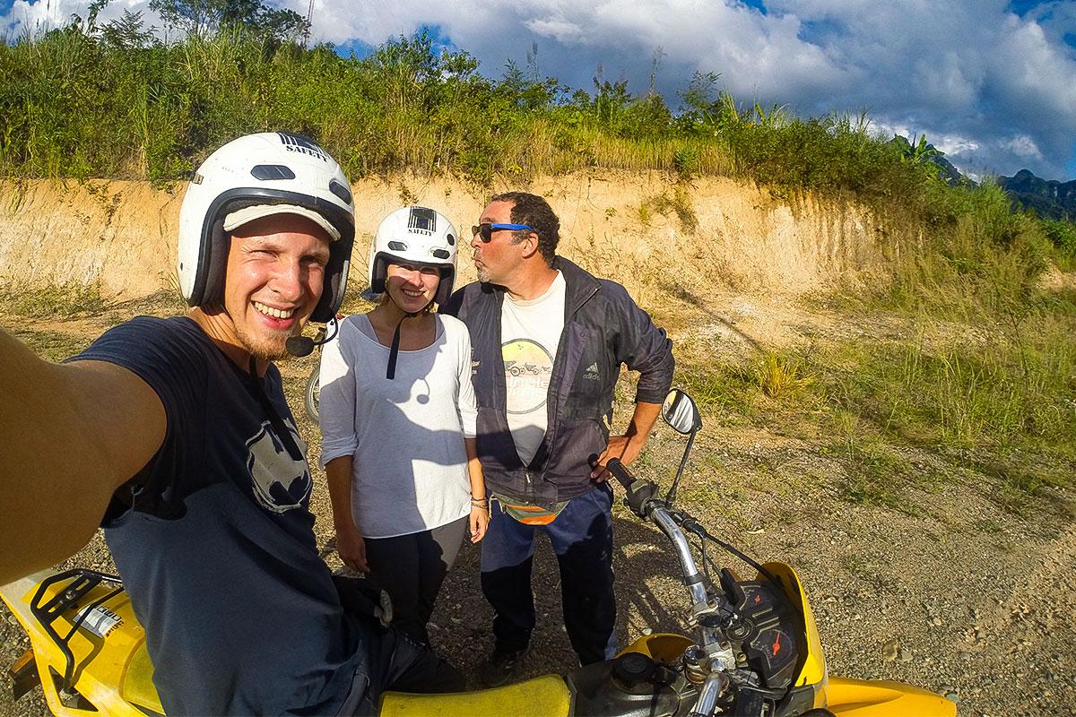 drei-menschen-mit-motorrad-kasi-laos