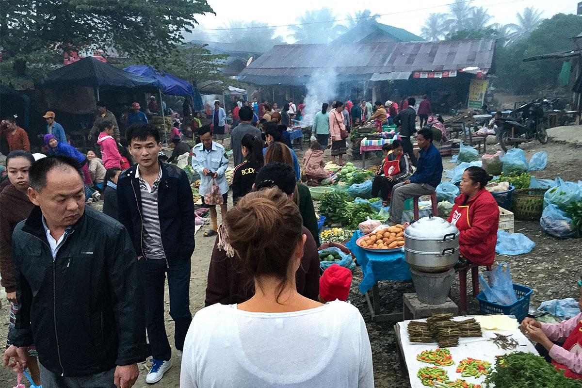 Gang durch den Markt.