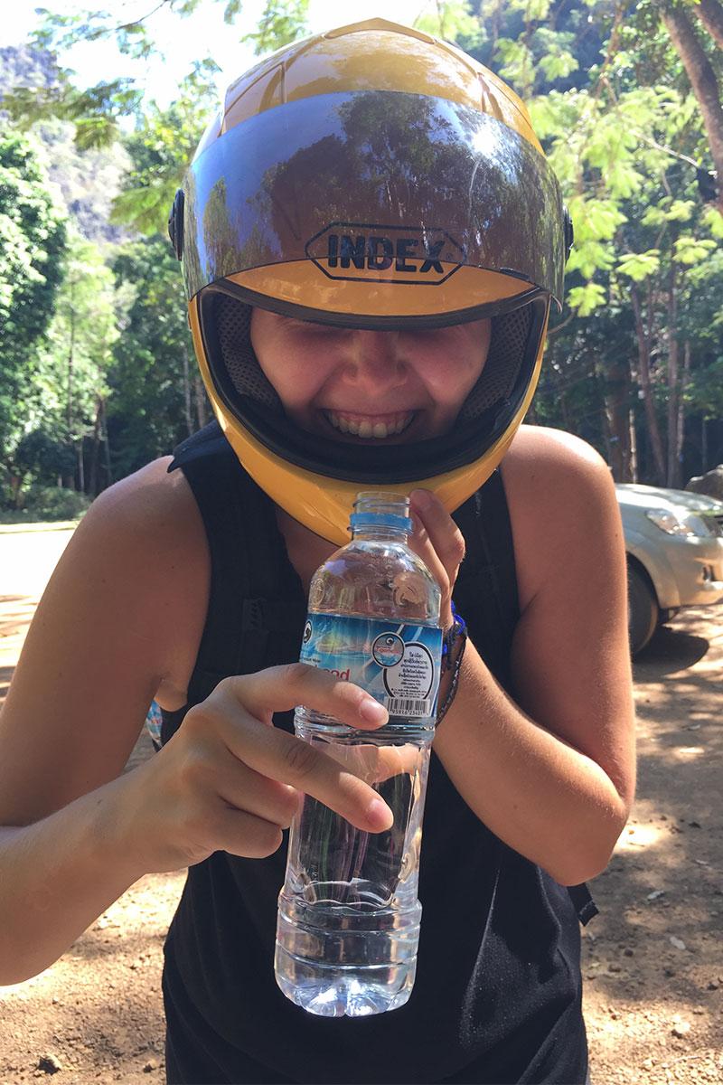 Angélique versucht zu trinken ohne den Helm abzunehmen...