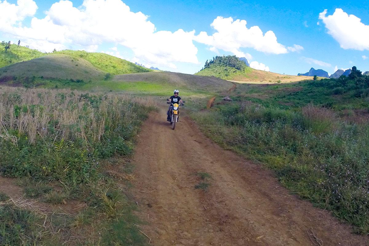 mann-auf-motorrad-berge-kasi-laos