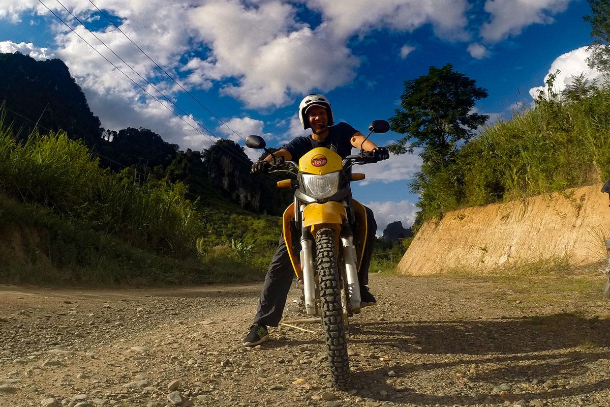 mann-auf-motorrad-gopro-kasi-laos