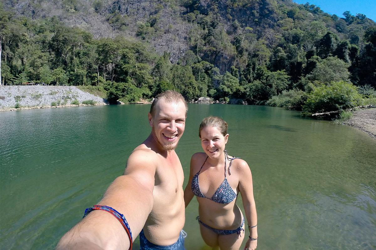 Ein Bad im See vor der Höhle.