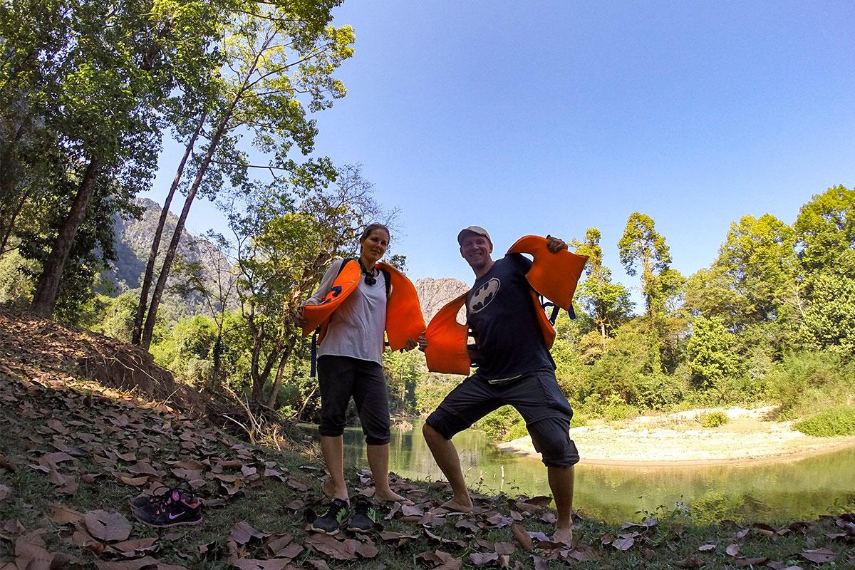 mann-und-frau-rettungswesten-land-kong-lor-cave-laos