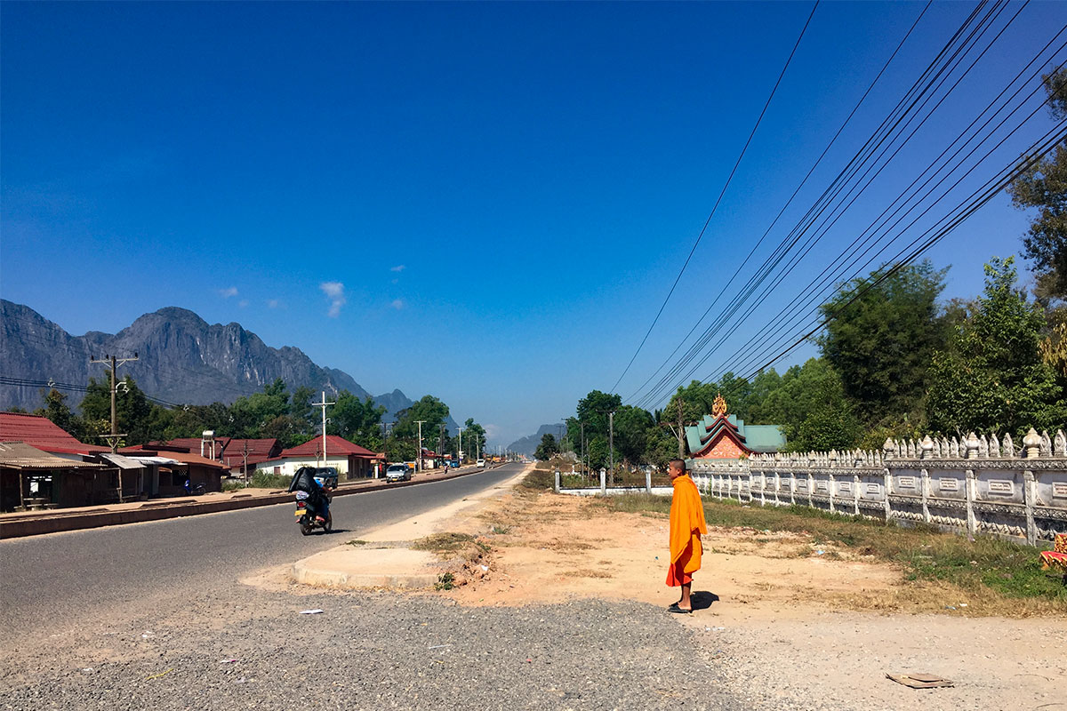 moench-in-laos-thakhek-laos