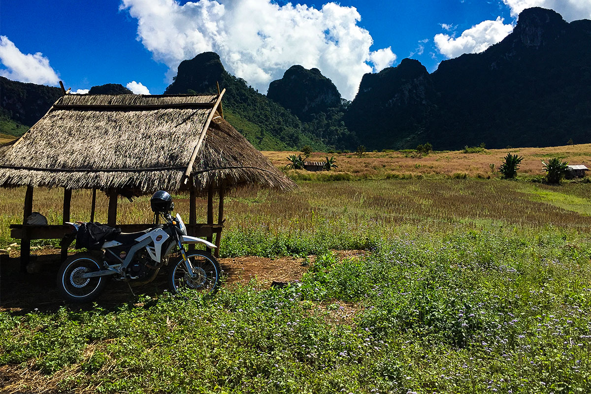 motorrad-vor-huette-kasi-laos