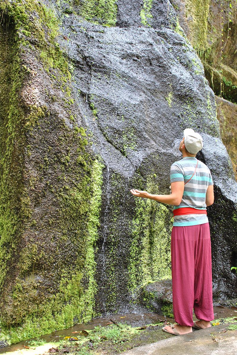 felsen-wasser-mann-Tempeltour-in-Bali