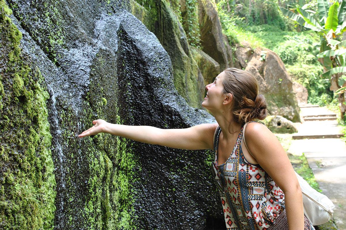 frau-am-wasserfall-Tempeltour-in-Bali