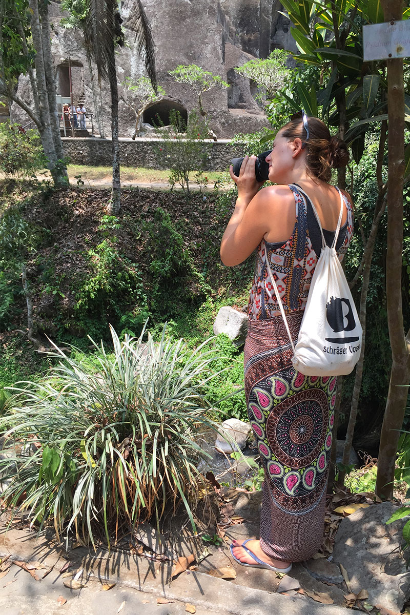 frau-fotografiert-Tempeltour-in-Bali
