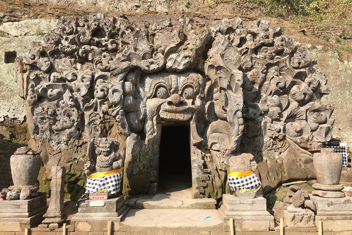 Der sagenumwobene Eingang zur Goa Gajah.