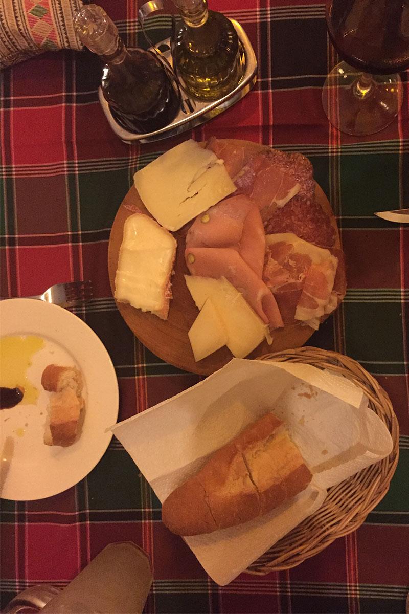 Eine italienische Wurst-Käse-Platte. Nach drei Monaten Asien weinen wir an diesem Abend vor Glück.