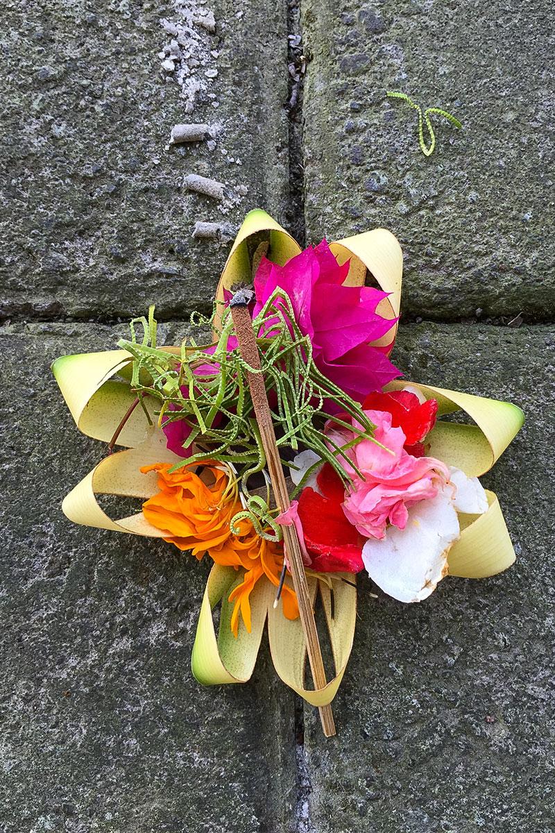 Klassische Opfergabe aus Blumen.