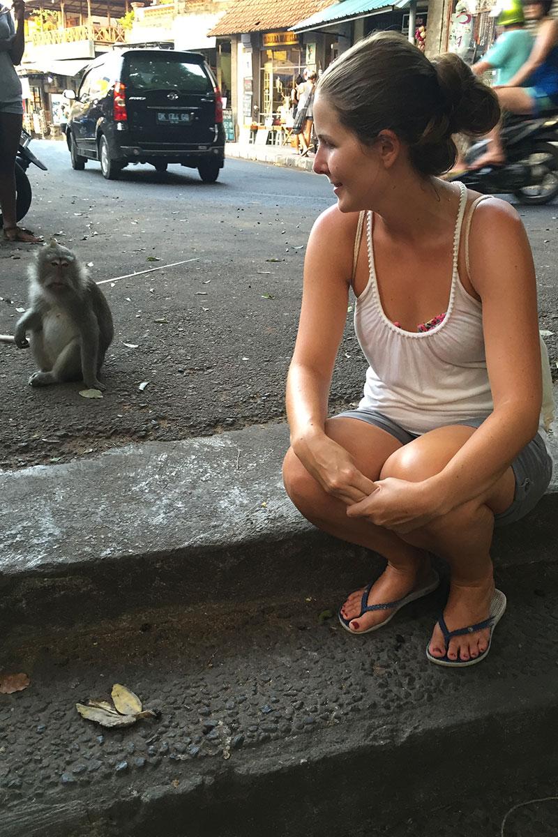 Ich-neben-Affe-Monkey-Forest-Ubud-Bali-Indonesien