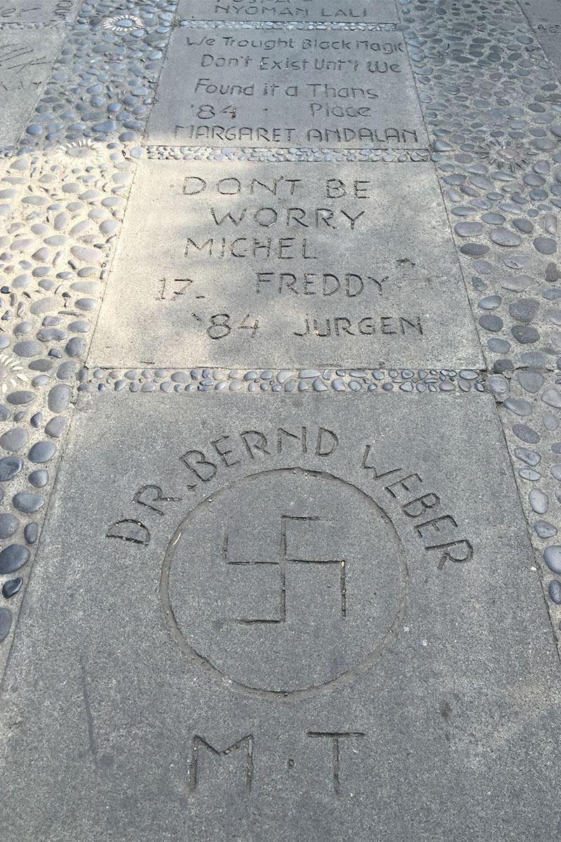 Eine Swastika (religiöses Glückssymbol des Hinduismus, Buddhismus und Jainismus) nicht zu verwechseln mit dem Nazisymbol.