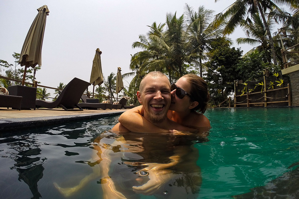 Wir-im-Pool-Kuss-Manyi-Village-Ubud-Bali-Indonesien