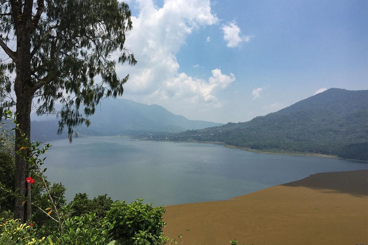 Blick auf den Zwillingssee von unserem Warung zum Mittag.