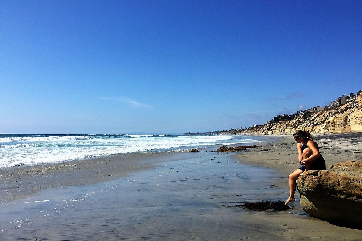 frau-am-strand-von-solana-beach-usa-kalifornien
