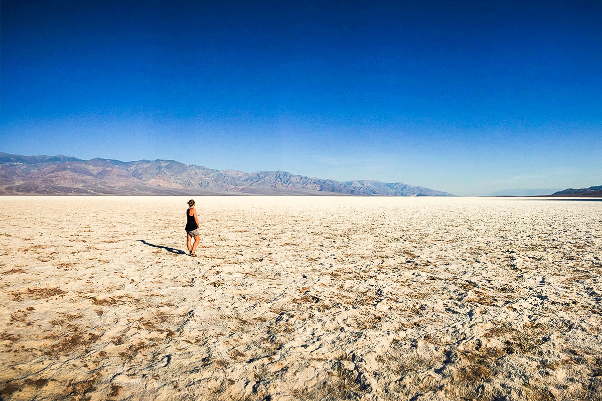 frau-beim-salzsee-death-valley-nevada-usa