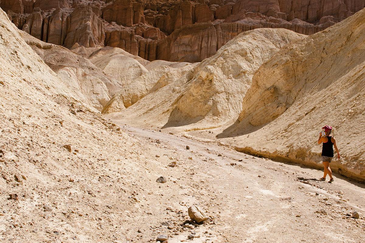 frau-im-canyon-death-valley-nevada-usa