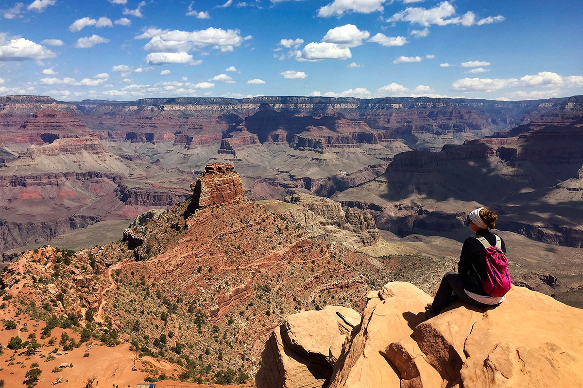 frau-sittz-stein-grand-canyon-arizona-usa