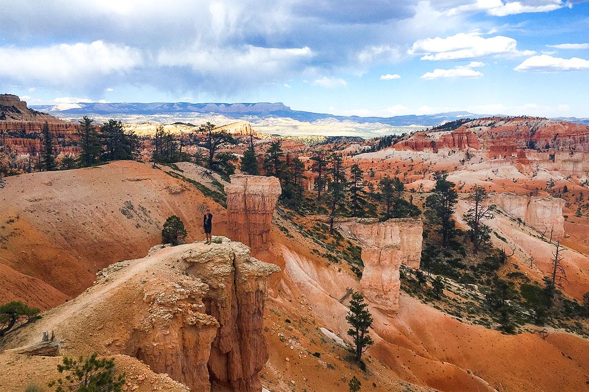 mann-steht-im-bryce-canyon-nationalpark-utah-usa