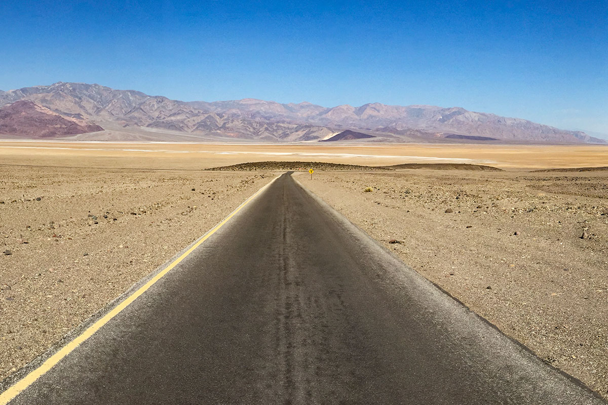 strasse-im-death-valley-nevada-usa