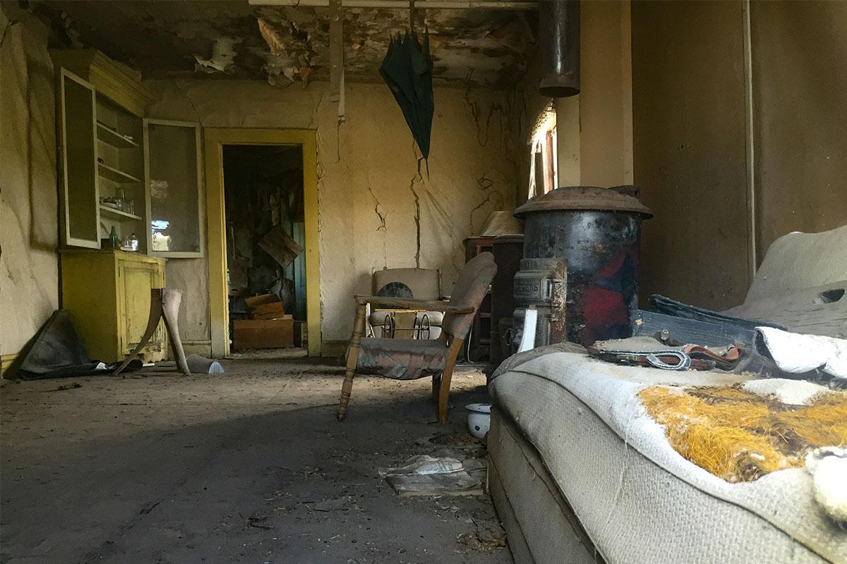 altes-verlassenes-wohnzimmer-ghosttown-bodie-kalifornien-usa