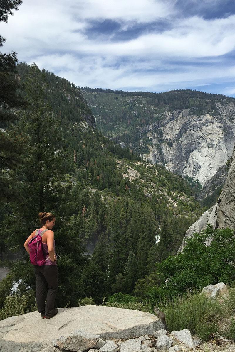 frau-auf-Bergklippe-yosemite-kalifornien-usa