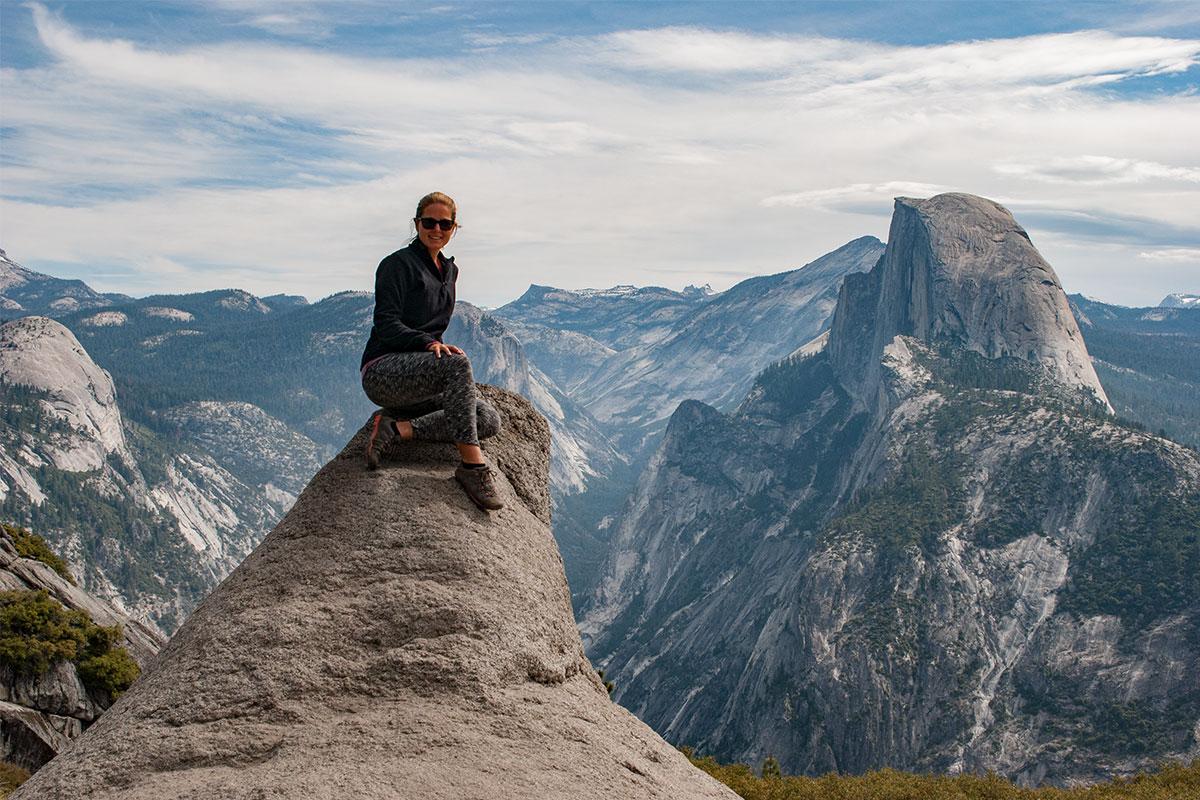 frau-auf-stein-bei-centinel-dome-yosemite-kalifornien-usa