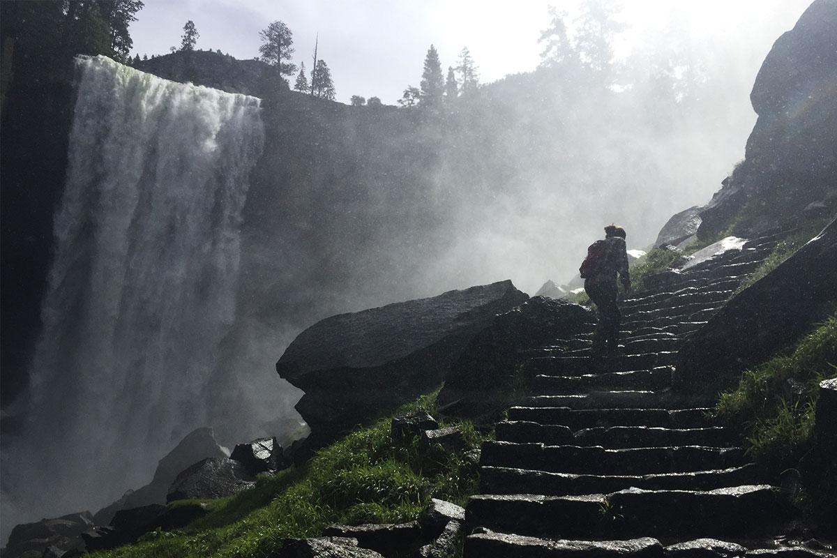 frau-beim-wasserfall-aufstieg-yosemite-kalifornien-usa
