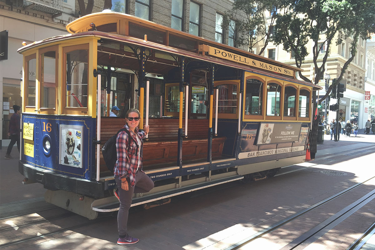 frau-neben-cable-car-san-francisco-kalifornien-usa
