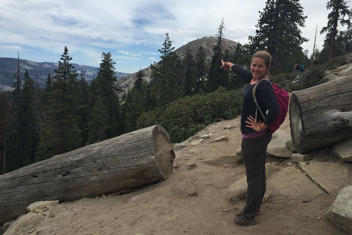 frau-zeigt-auf-dome-yosemite-kalifornien-usa