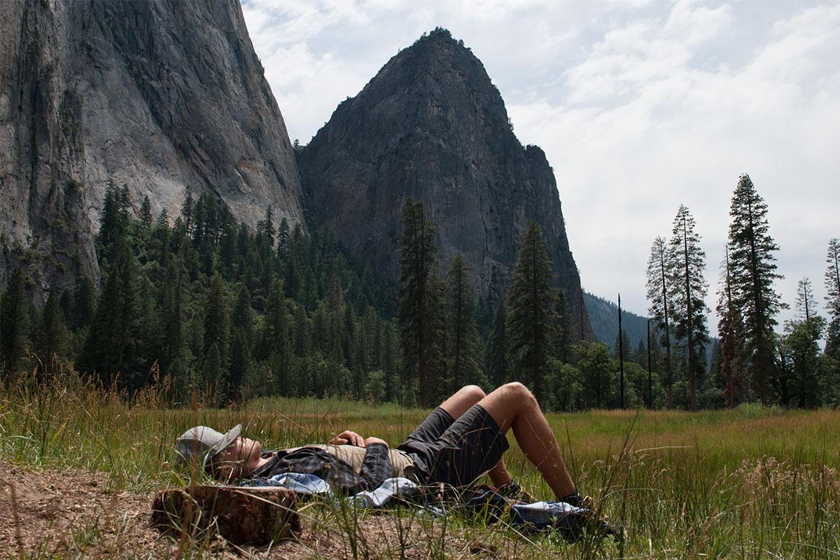 mann-auf-wiese-yosemite-kalifornien-usa