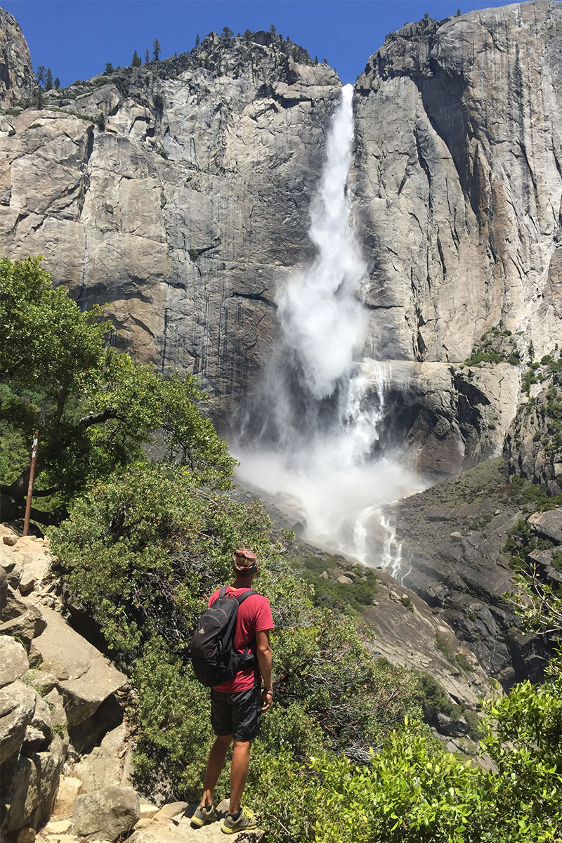 mann-beim-wasserfall-yosemite-kalifornien-usa