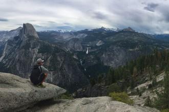 mann-schaut-auf-half-dome-yosemite-kalifornien-usa