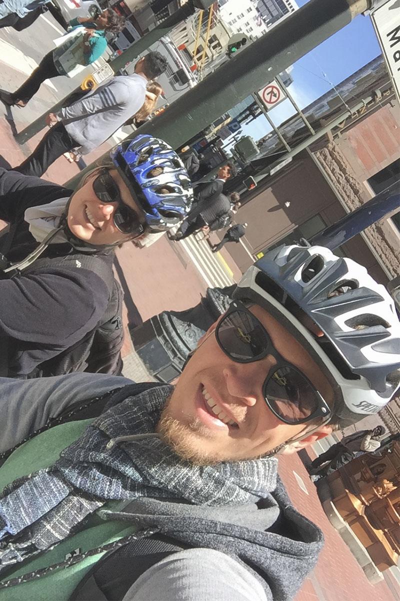 mann-und-frau-fahrradhelme-san-francisco-kalifornien-usa