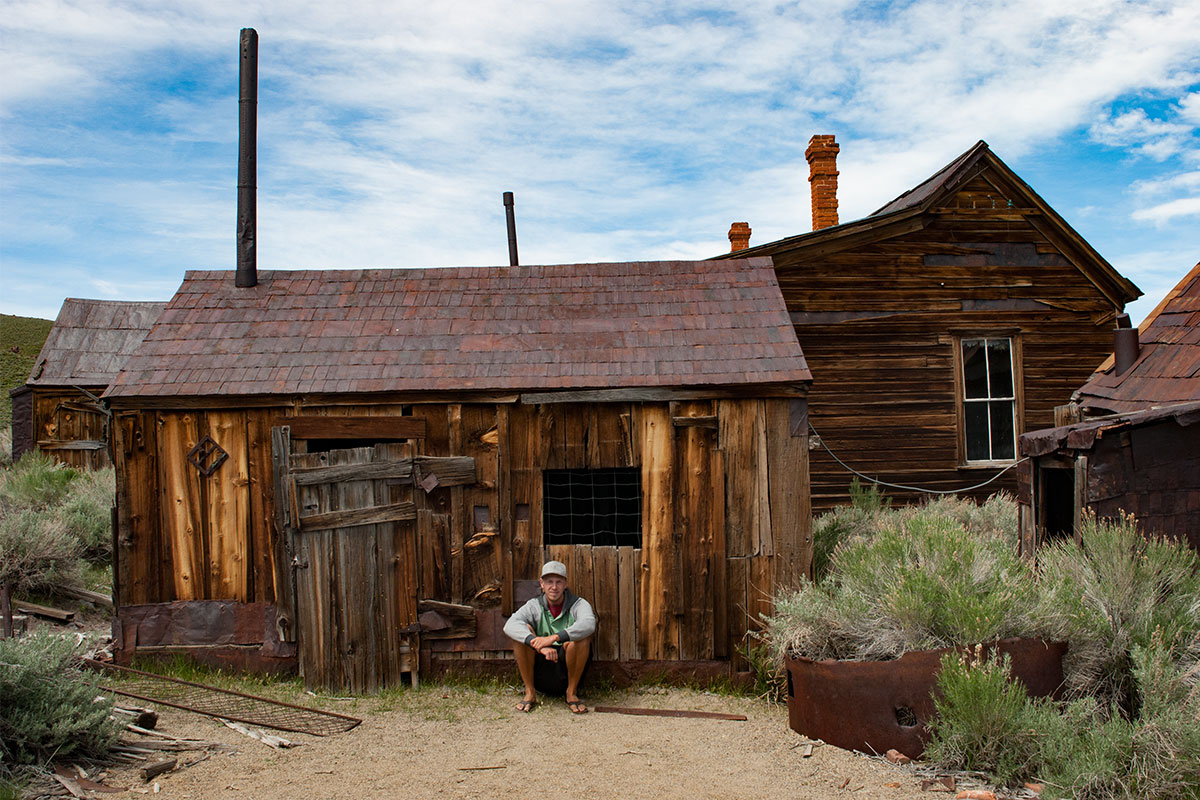 mann-vor-altem-haus-ghosttown-bodie-nevada-usa