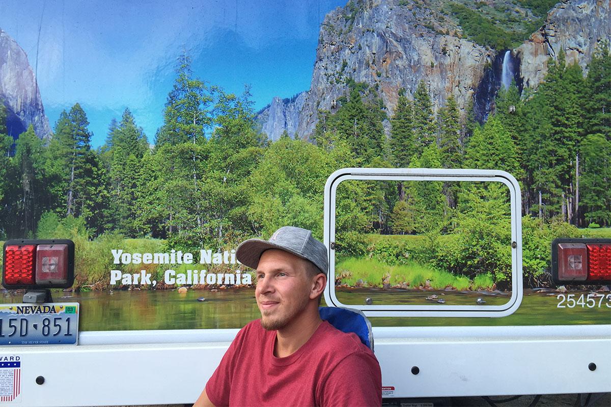 mann-vor-wohnmobil-yosemite-kalifornien-usa