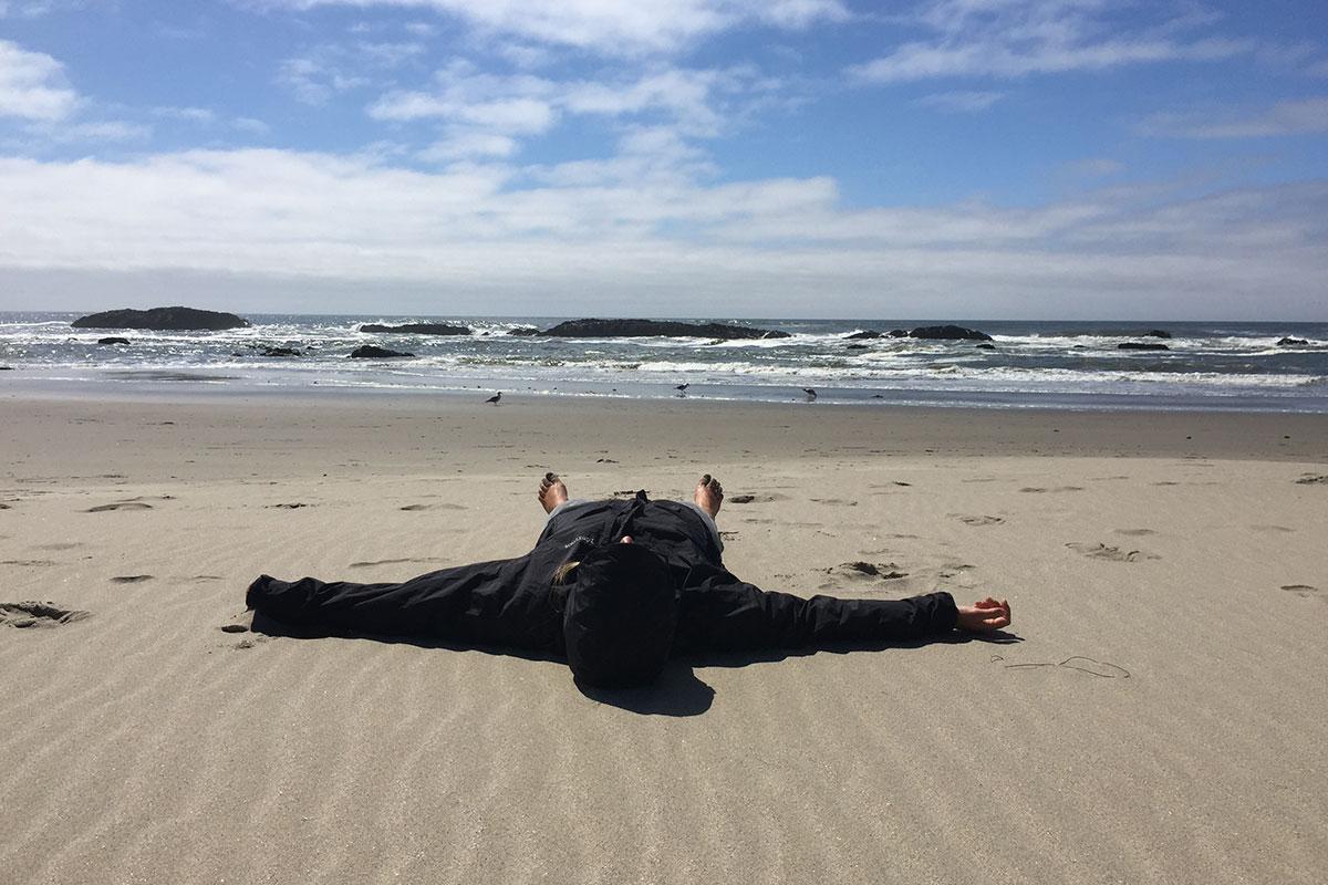 Lauwarme Gefühle - mit der Regenjacke am Strand.