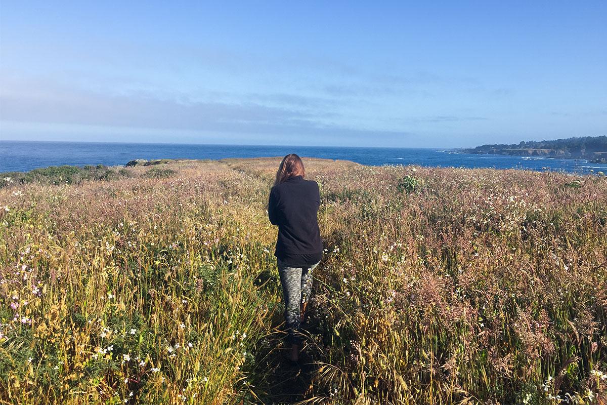 frau-auf-blumenwiese-mendocino-kalifornien-usa