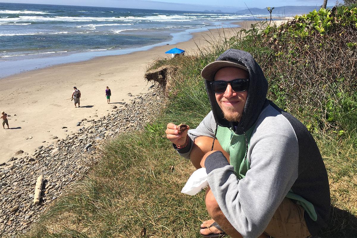 Fudge essen am Strand.