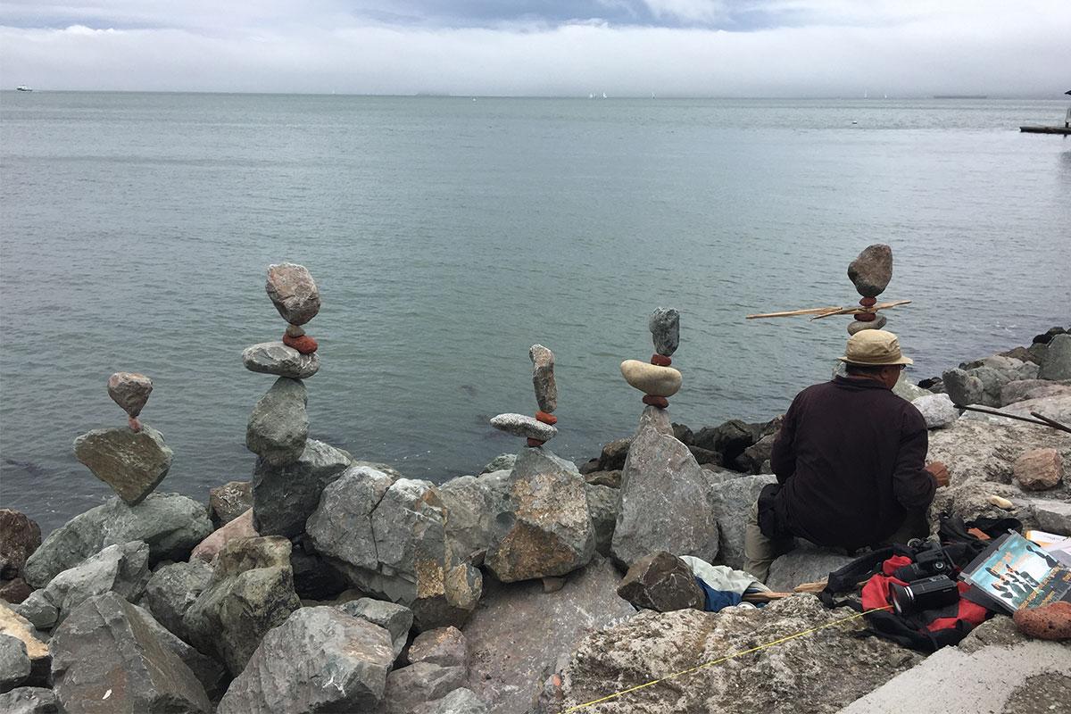 Ein Künstler beim sogenannten Rock balancing in Sausalito.