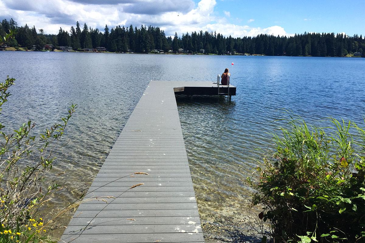 Unser eigener Steg am See.