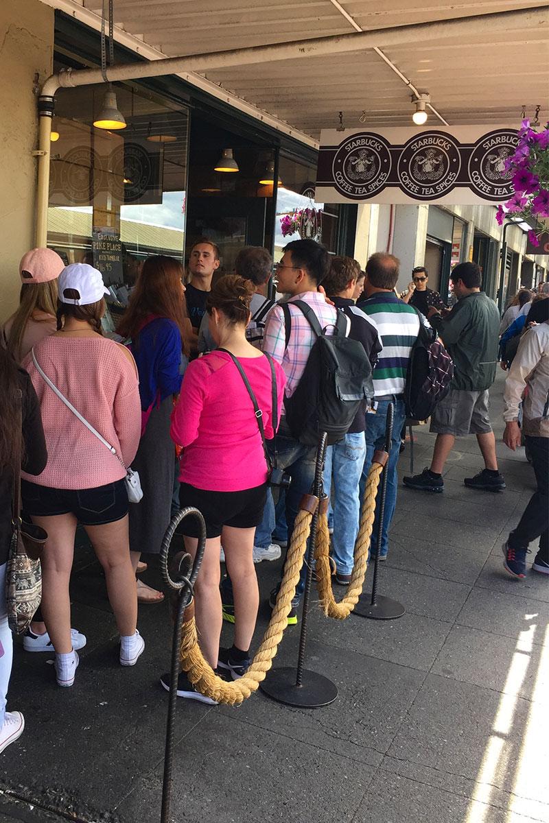 Schlange vor dem ersten Starbucks der Welt.
